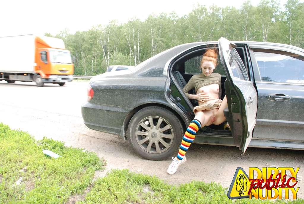 Ссыт возле машины 10 фотография