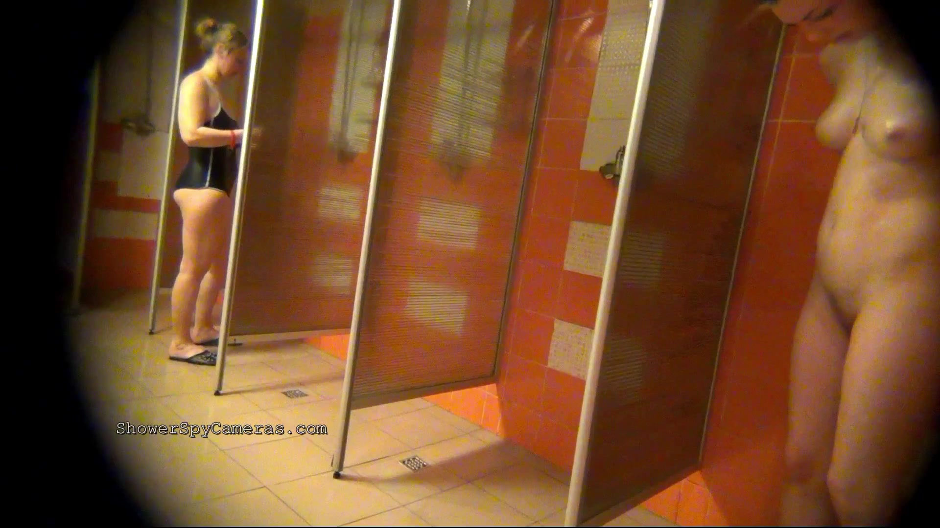 раздевалках душевых порно видео в камера скрытая